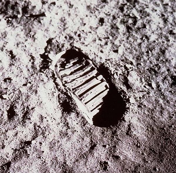 След на лунной поверхности