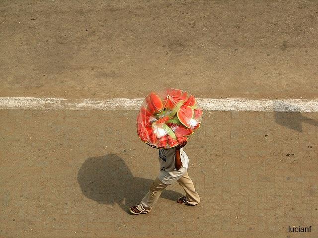 Уличный торговец арбузами в Гане